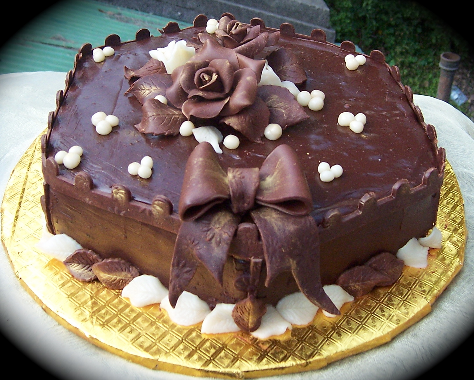 41281-cakes-chocolate-cake-with-chocolate-rose[1]